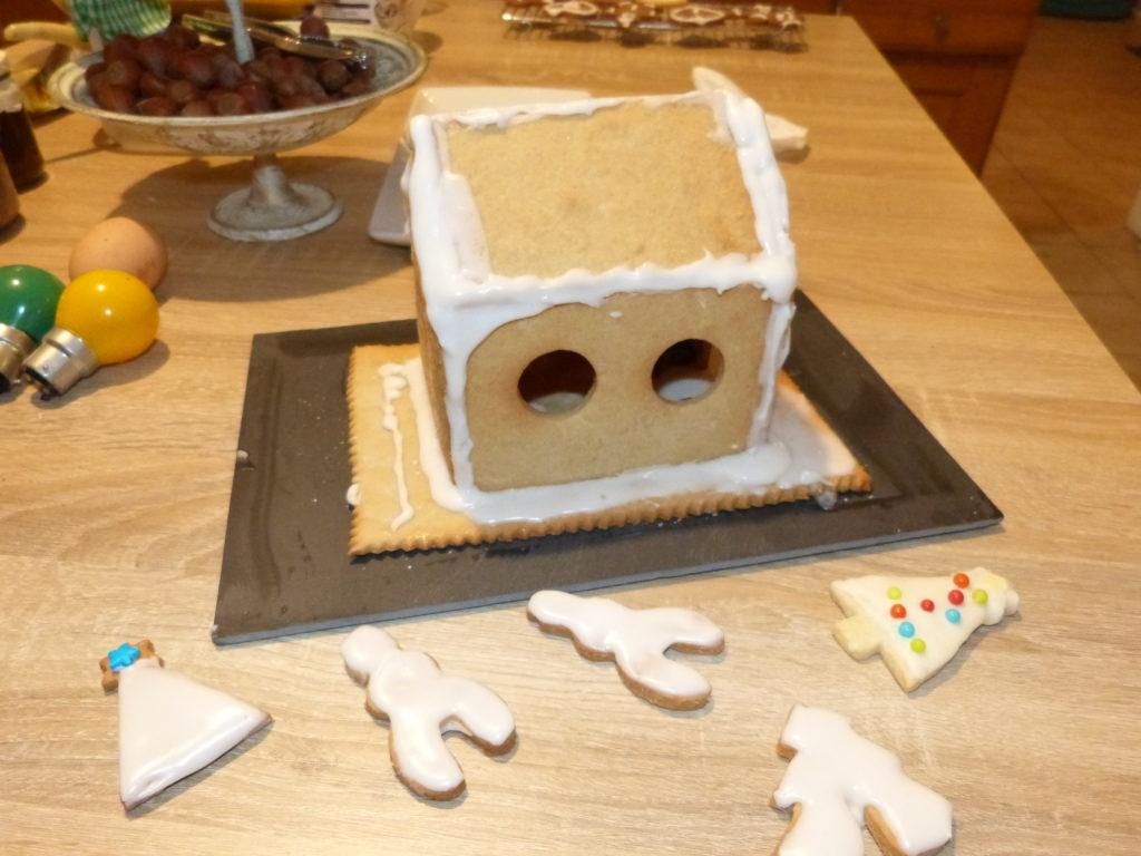 fabrication d'une maison de Noël en biscuit sablé