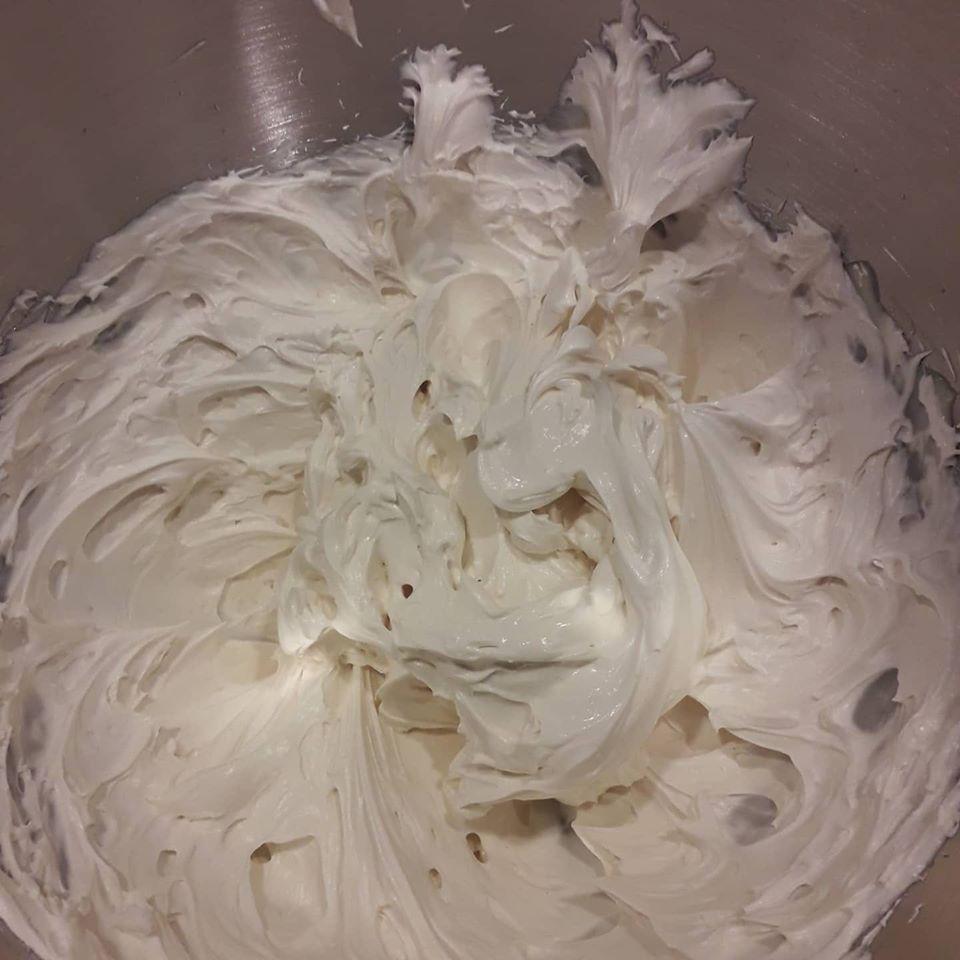 Biscuit roulé ganache montée au chocolat blanc et myrtilles