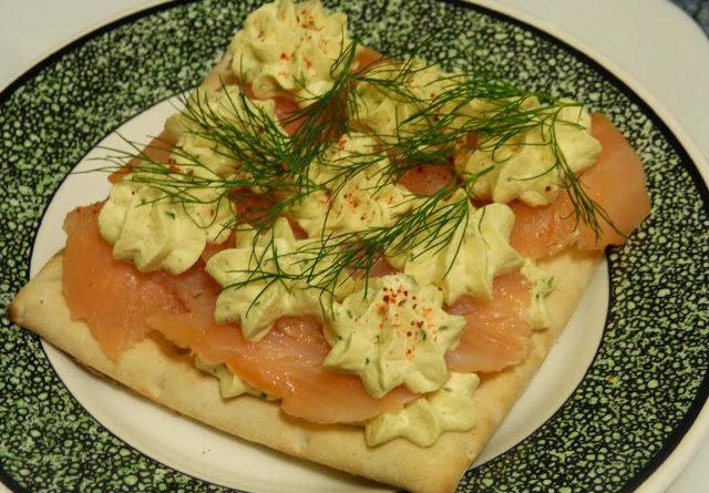Toasts pain suédois - Saumon fumé et chantilly aux épices